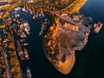 La gabarra industrial portuaria envía el transporte del cargo, grúas en pontón fotografía de archivo libre de regalías