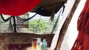 La gabbia vuota per l'uccello nella tenda stock footage