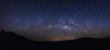 La galassia della Via Lattea di panorama con le stelle e lo spazio spolverano nel unive Fotografia Stock