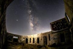 La galassia della Via Lattea sopra i funzionamenti del Buckman balza stabilimento di imbottigliamento dell'acqua lithia fotografie stock libere da diritti