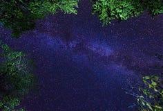 La galassia della Via Lattea sul cielo stellato di notte fotografie stock libere da diritti