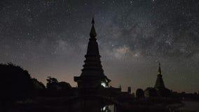 La galaxia de la vía láctea que se mueve sobre dos pagodas almacen de metraje de vídeo