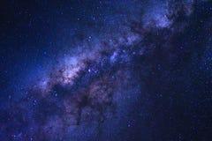 La galaxia estrellada del cielo nocturno y de la vía láctea con las estrellas y el espacio sacan el polvo