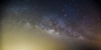 La galaxie de manière laiteuse avec des étoiles et l'espace époussettent dans l'univers, longtemps photo stock