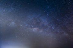 La galaxie de manière laiteuse avec des étoiles et l'espace époussettent dans l'univers, longtemps images stock