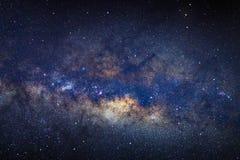 La galaxie de manière laiteuse avec des étoiles et l'espace époussettent dans l'univers images stock
