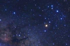 La galaxie de manière laiteuse avec des étoiles et l'espace époussettent dans l'univers photographie stock