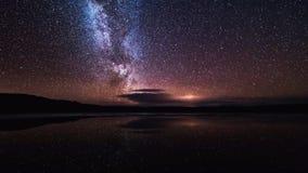 La galaxie de manière laiteuse avec des étoiles et l'espace époussettent dans l'univers image stock