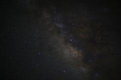 La galaxie de manière laiteuse de l'espace d'univers avec beaucoup se tient le premier rôle la nuit Photographie stock