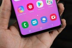 La galaxie S10 est un 10ème téléphone d'anniversaire de montage pour Samsung et sa série S racontée image stock