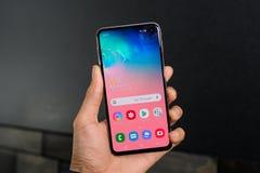 La galaxie S10 est un 10ème téléphone d'anniversaire de montage pour Samsung et sa série S racontée image libre de droits