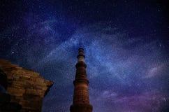 La galaxie se tient le premier rôle en ciel à l'Inde de Qutub Minar New Delhi Photographie stock