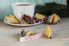 La galleta de la suerte en la tabla invierte su mente fotografía de archivo libre de regalías