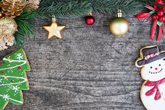 La galleta del muñeco de nieve y del árbol de navidad con el abeto adorna con ornamen Imágenes de archivo libres de regalías