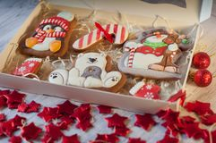 La galleta del pan de jengibre de la Navidad figura en caja en la tabla Imagen de archivo libre de regalías