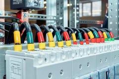 La gama de alambres eléctricos o los cables está conectada con los disyuntores de poder Fotos de archivo