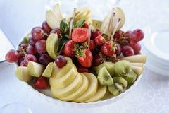 La gama de fruta en un florero blanco Fotos de archivo libres de regalías