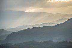 La gama de montañas en Tailandia septentrional con la luz hermosa del rayo Fotos de archivo libres de regalías