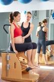 La gamba dei pilates della donna incinta pompa il wunda di esercizio Immagini Stock