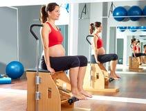La gamba dei pilates della donna incinta pompa il wunda di esercizio Immagini Stock Libere da Diritti