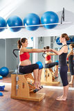 La gamba dei pilates della donna incinta pompa il wunda di esercizio Immagine Stock Libera da Diritti