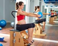 La gamba dei pilates della donna incinta pompa il wunda di esercizio Fotografie Stock Libere da Diritti