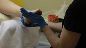 La gamba del ` s della donna che ottiene il piede sfrega il pedicure archivi video