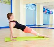 La gamba della donna di Pilates tir indietroare l'allenamento di esercizio Fotografia Stock Libera da Diritti
