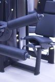 La gamba pesa la macchina della palestra Fotografia Stock