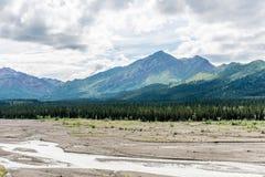 La gamma di Alaska alta sopra gli appartamenti della ghiaia della valle Fotografia Stock