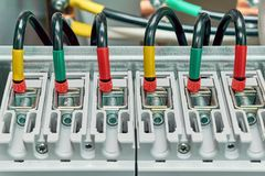La gamma di cavi elettrici o i cavi è collegato agli interruttori di potere Fotografia Stock Libera da Diritti