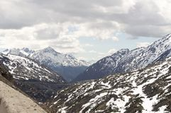 La gamme de montagne d'Alaska un jour nuageux Image libre de droits