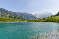 La gamme de montagne de Hotaka et l'ike de taisho s'accumulent au printemps au kamikochi Nagano Japon Photographie stock