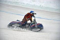 La gara motociclistica su pista dell'inverno la pista ghiacciata, accende il ginocchio Fotografia Stock