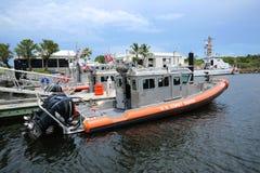 La garde côtière bateau de défenseur de 33 pieds Photographie stock