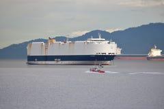 La garde côtière canadienne et transporteur allemand Images stock