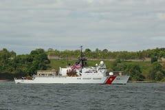 La garde côtière des USA Cutter Spencer de la garde côtière des Etats-Unis pendant le défilé des bateaux à la semaine de flotte Image libre de droits