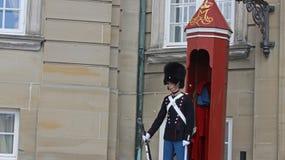 La garde royale devant le palais d'Amalienburg font face dedans Photo libre de droits