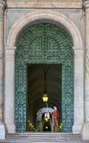 La garde se tient devant le musée de Vatican Photo libre de droits