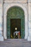 La garde se tient devant le musée de Vatican Photo stock