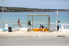 La gare routière et les touristes s'approchent de la plage Photographie stock libre de droits