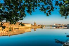 La Garonne, das durch Toulouse, Frankreich überschreitet Stockbild