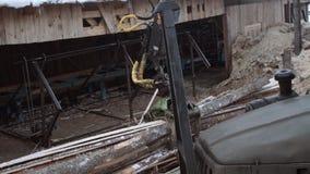 La garra de la grúa del cargador del camión coge la basura de madera de la serrería almacen de metraje de vídeo