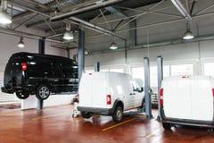 La gasolinera de SUV, microbús aumentó para arriba en la elevación Foto de archivo libre de regalías