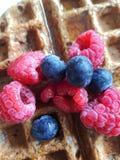 La gaufre de petit déjeuner a complété avec les respberries frais, baies bleues et images stock