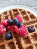 La gaufre de petit déjeuner a complété avec les respberries frais, baies bleues et image stock