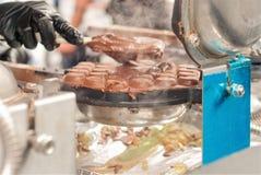 La gaufre ou la crêpe est pâte lisse de crêpe cuite au four dans un fer de gaufre Gâteau mince de méthode cuit au four et alors r photo libre de droits