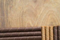 La gaufrette roule avec du chocolat sur la table en bois photographie stock libre de droits