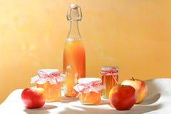 La gelée de pomme faite maison cogne la bouteille de jus images stock