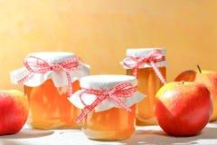 La gelée de pomme faite maison cogne des pommes photo libre de droits